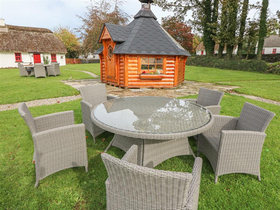 Lough Derg Thatched Cottages Outside Seating