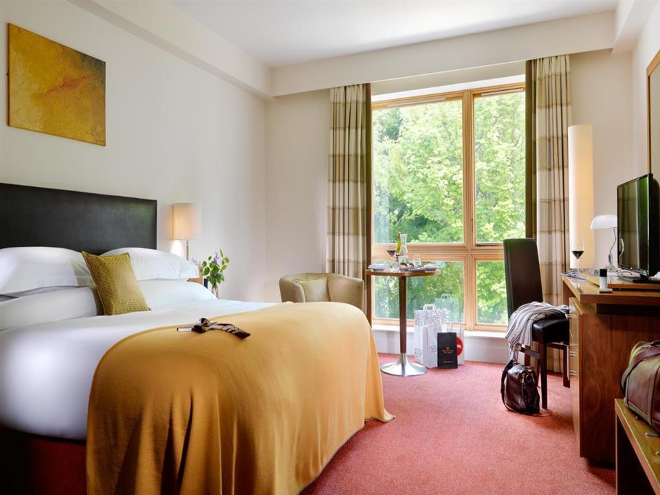 Manor West Hotel bedroom
