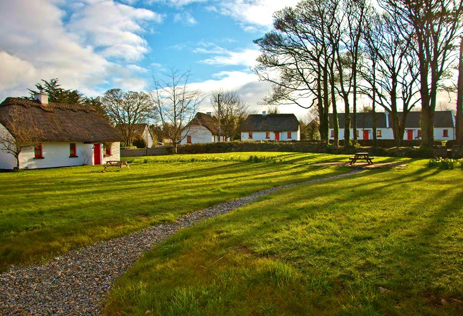Lough Derg Thatched Cottages exterior