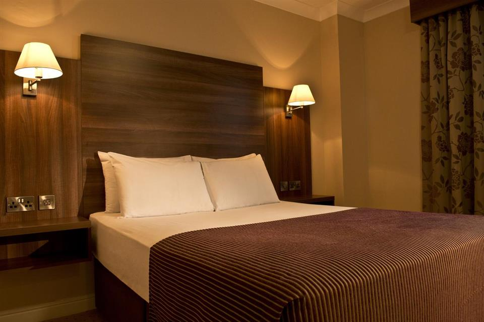 Dillons Hotel Bedroom