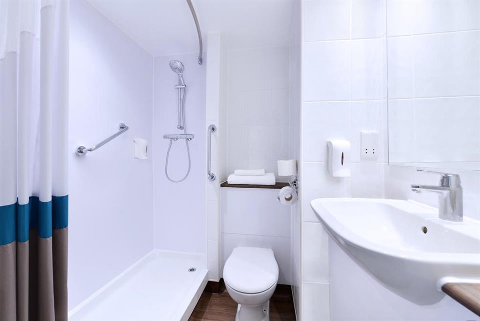 Travelodge Galway - Bathroom