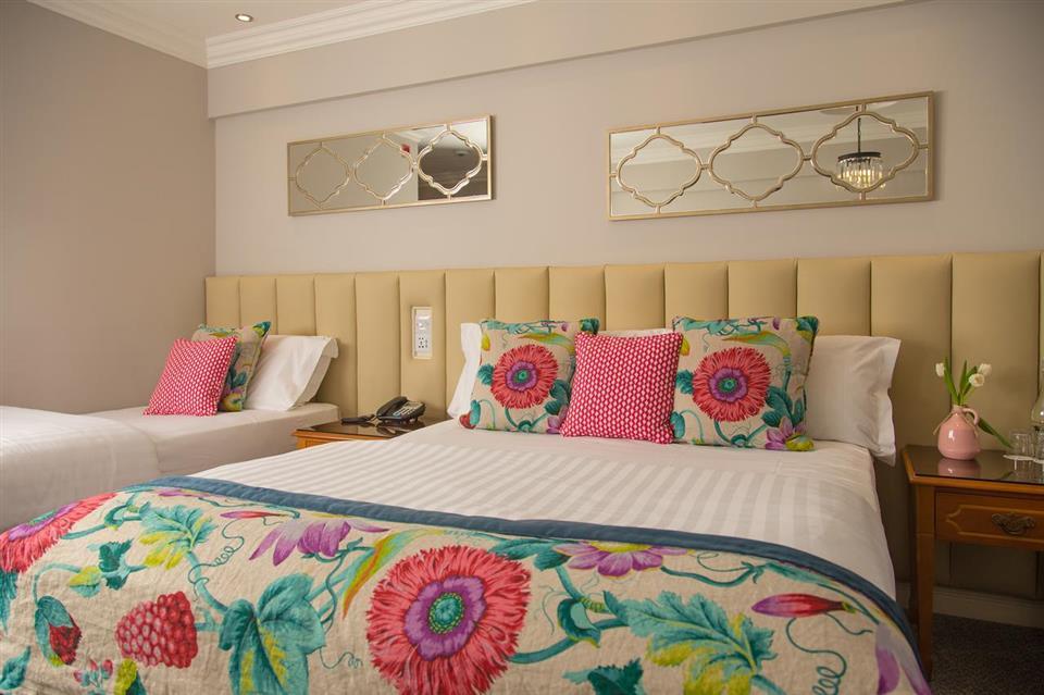 Vienna Woods Hotel Guestroom