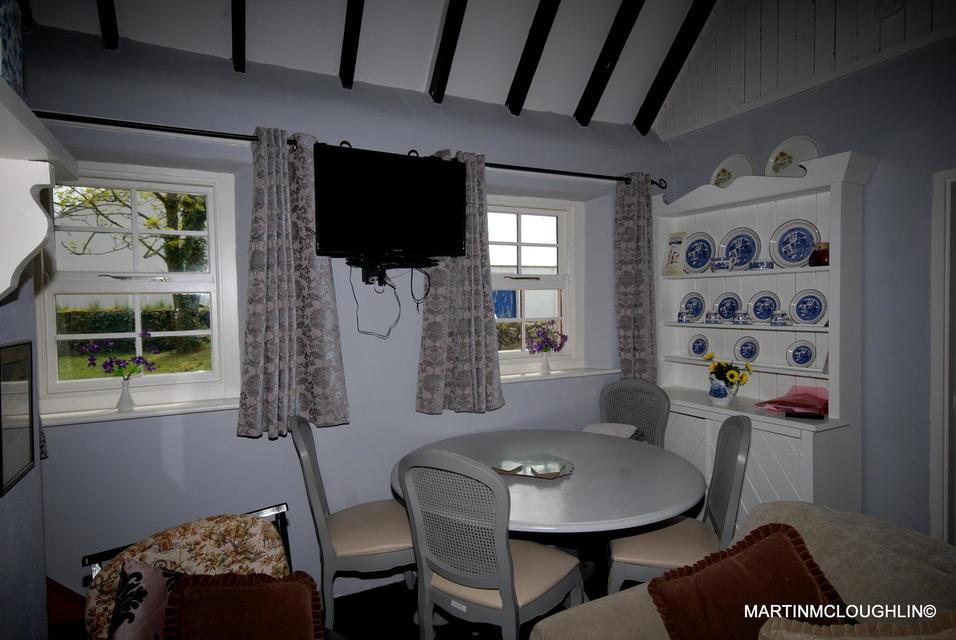 Lough Derg Thatched Cottages kitchen
