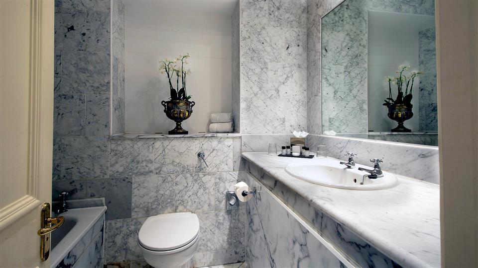 Glenview Hotel bathroom