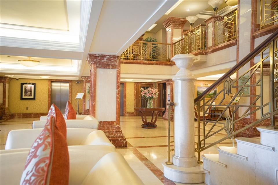 Killarney Plaza Hotel lobby