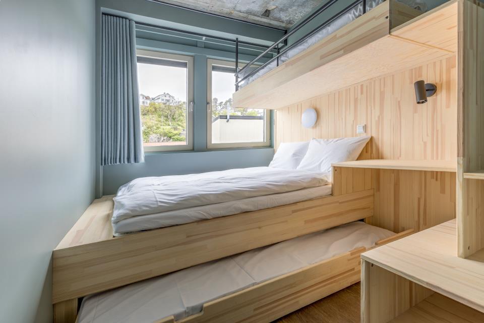 Familierom med 4 senger: dobbeltseng, sengeskuff og køyeseng