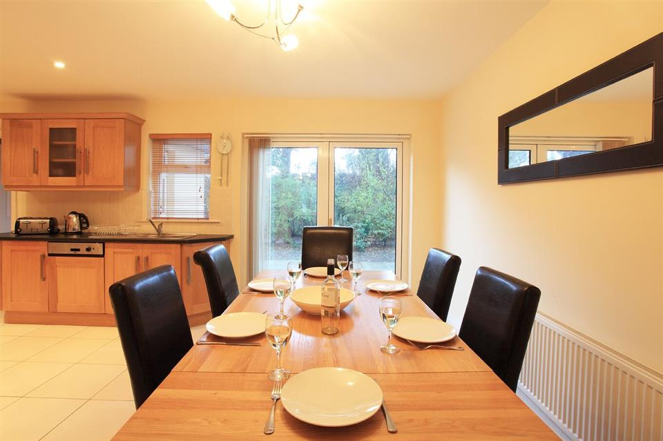 Ardmullen Oak Holiday Homes dining area