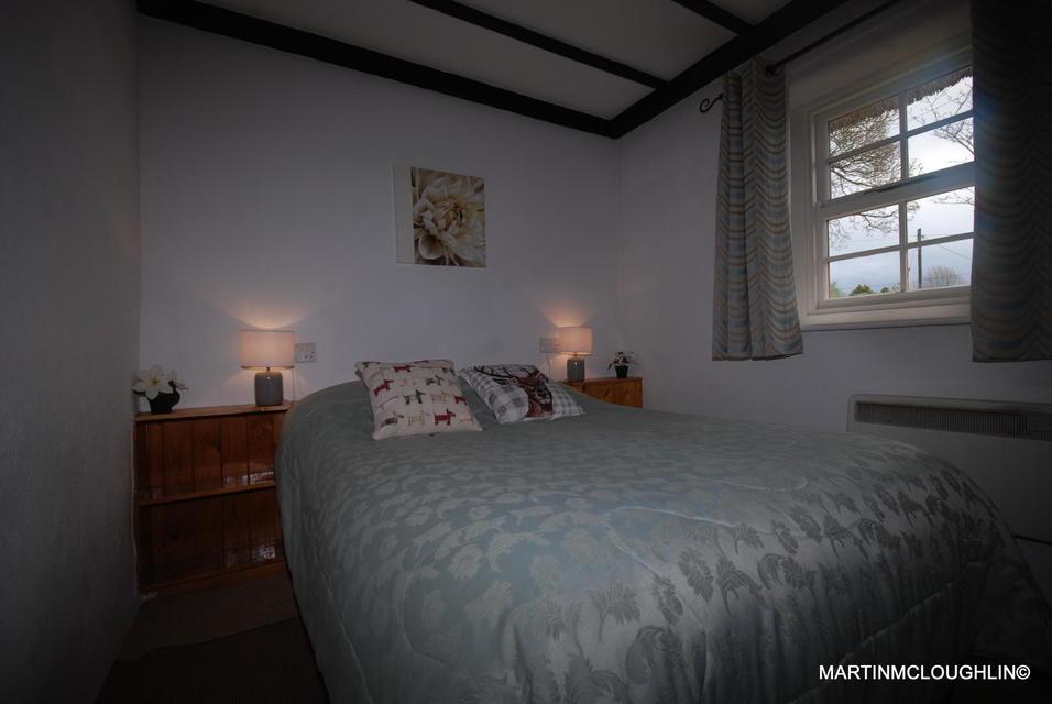 Lough Derg Thatched Cottages bedroom