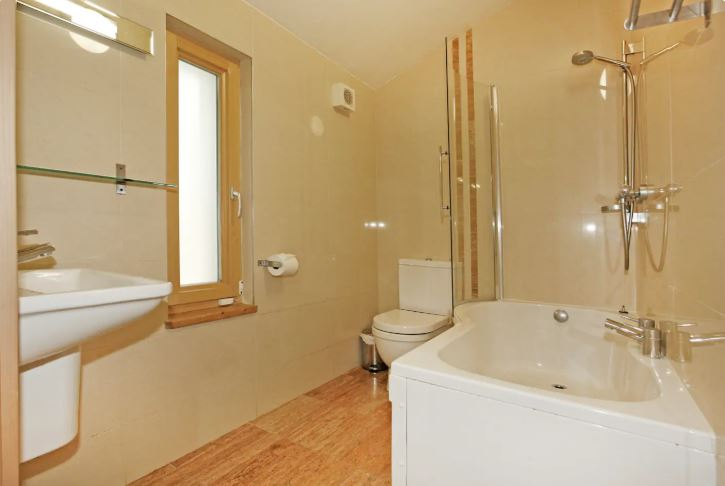 Ballyhoura Forest Luxury Homes bathroom