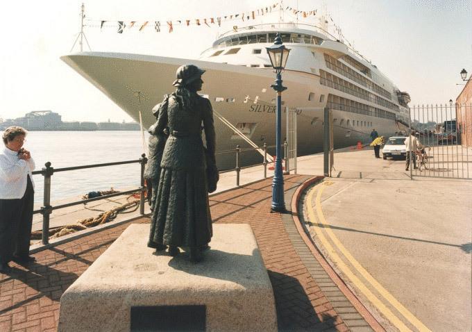 Waters Edge Hotel Harbour